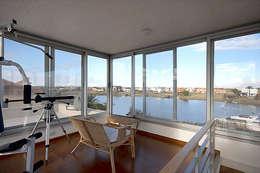 La Casa del Rio: Estudios y oficinas de estilo moderno por Family Houses