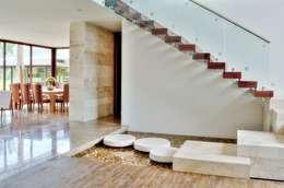 Projekty,  Korytarz, przedpokój zaprojektowane przez Ancona + Ancona Arquitectos