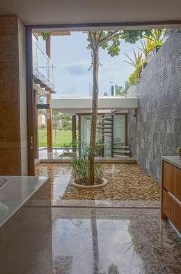 tropical Kitchen by Ancona + Ancona Arquitectos