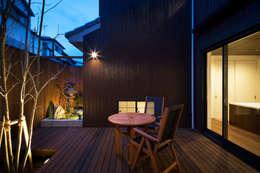 Jardines de estilo  por 一級建築士事務所シンクスタジオ