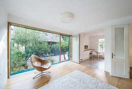 Haus Leopold im Wienerwald: ausgefallene Wohnzimmer von Sue Architekten ZT GmbH
