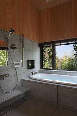 西谷の家: TAMAI ATELIERが手掛けた浴室です。