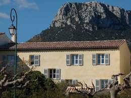 une bastide de 1770 entièrement rénovée avec une surélévation des toitures permettant d'atteindre une isolation parfaite des volumes sous toiture: Maisons de style de style Méditerranéen par agence d'architecture nadia poss