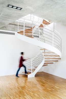 Pasillos y recibidores de estilo  por Ascoz Arquitectura