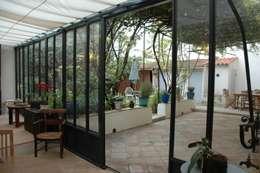 une bastide de 1770 entièrement rénovée avec une surélévation des toitures permettant d'atteindre une isolation parfaite des volumes sous toiture: Jardin d'hiver de style  par agence d'architecture nadia poss