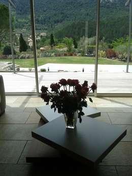 villa neuve dans la colline: Fenêtres & Portes de style de style Moderne par agence d'architecture nadia poss
