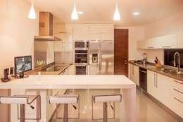 Casa Cocotera: Cocinas de estilo moderno por TAFF