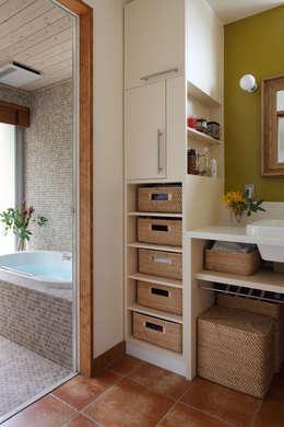 日高の家: TAMAI ATELIERが手掛けた浴室です。