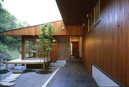 下田の家: TAMAI ATELIERが手掛けたベランダです。
