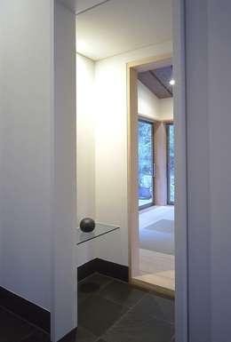 下田の家: TAMAI ATELIERが手掛けた和室です。