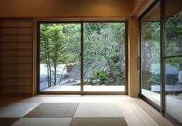 下田の家: TAMAI ATELIERが手掛けた寝室です。