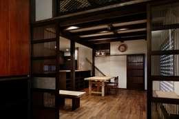 八潮の家: TAMAI ATELIERが手掛けたリビングです。