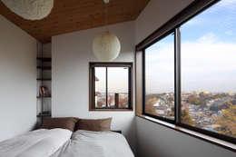 横浜の家: TAMAI ATELIERが手掛けた寝室です。