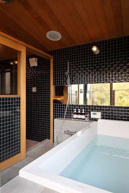 横浜の家: TAMAI ATELIERが手掛けた浴室です。