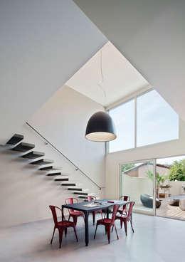 Maison de Village : Salle à manger de style de style Moderne par Lautrefabrique