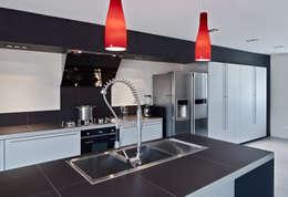 Maison de Village : Cuisine de style de style Moderne par Lautrefabrique