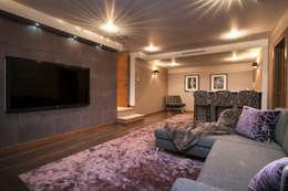 Salas multimedias de estilo  por Urban Cape Interiors