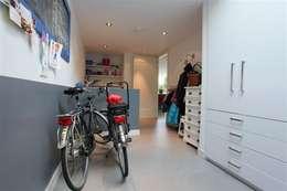 Betonlook gietvloer in berging: landelijke Garage/schuur door Motion Gietvloeren