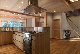 次世代へ引き継ぐ家: 松井建築研究所が手掛けたキッチンです。