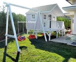 Sakura Ahşap – Çocuk Oyun Evi - Yan görünüş: akdeniz tarzı tarz Bahçe