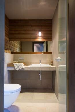 дом в Токсово: Ванные комнаты в . Автор – de.studio