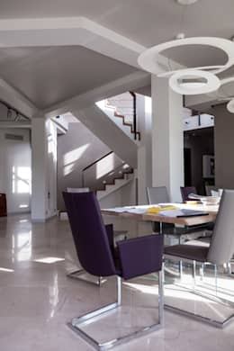 дом в Токсово: Столовые комнаты в . Автор – de.studio