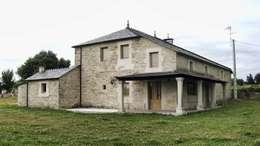 Rehabilitación en Lugo: Casas de estilo rural de Intra Arquitectos