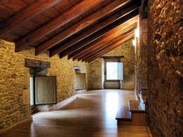 Rehabilitación en Lugo: Pasillos y vestíbulos de estilo  de Intra Arquitectos