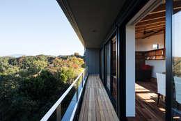 バルコニー: 一級建築士事務所シンクスタジオが手掛けた家です。