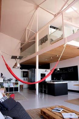 Salas de estilo industrial por SMMARQUITECTURA