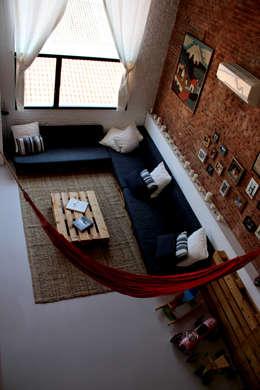 sofá: Salones de estilo industrial de SMMARQUITECTURA