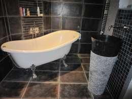 La baignoire : l'élément central du projet: Salle de bains de style  par Isabelle Sengel