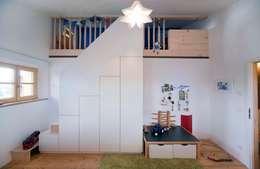 country Nursery/kid's room by w. raum Architektur + Innenarchitektur
