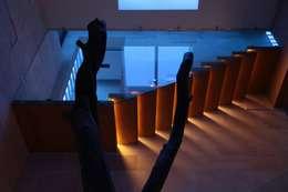 Iluminación Escalera: Pasillos y recibidores de estilo  por Código Z Arquitectos