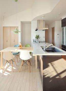 大空間のウッドデッキはプライベートパーク: 株式会社ビルドアートが手掛けたキッチンです。