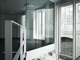 Empereur: Couloir et hall d'entrée de style  par architectes assoc.