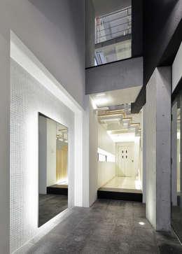 玄関: 平野智司計画工房が手掛けた玄関・廊下・階段です。