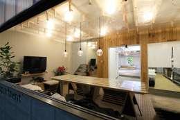 barrack modern: studio m+ by masato fujiiが手掛けたリビングです。