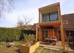 Situé dans les arbres: Maisons de style de style Moderne par DCA