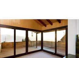 Singer Baenziger Architekten: modern tarz Oturma Odası