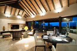 Salas de jantar tropicais por Stone Contractors