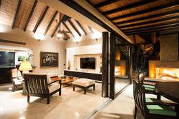Villa Siriyana: Salas de estilo topical por Stone Contractors