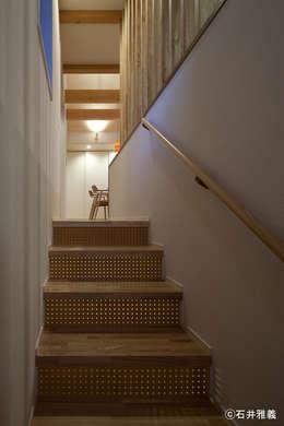 穴あき合板を使用した階段: シーズ・アーキスタディオ建築設計室が手掛けた廊下 & 玄関です。