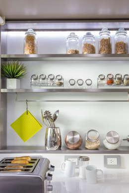 estantes en acero inoxidable: Cocinas de estilo moderno por GUTMAN+LEHRER ARQUITECTAS