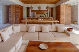 Salas de estilo topical por Specht Architects