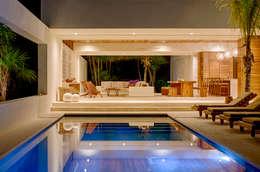 tropisch Zwembad door Specht Architects