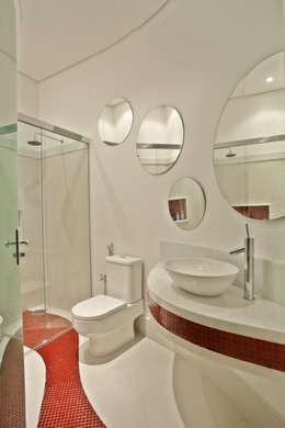 Casa Refúgio da Mata: Banheiros modernos por Arquiteto Aquiles Nícolas Kílaris