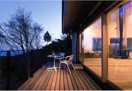 DOVE VAI ー天城高原の別荘ー: 松井建築研究所が手掛けたベランダです。