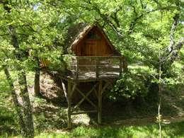 la cabane dans les arbres: Terrasse de style  par Les maisons de chante oiseau