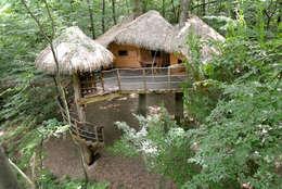 """La cabane """"Robin des Bois"""": Balcon, Veranda & Terrasse de style de style Rustique par Les cabanes de Fontaine"""